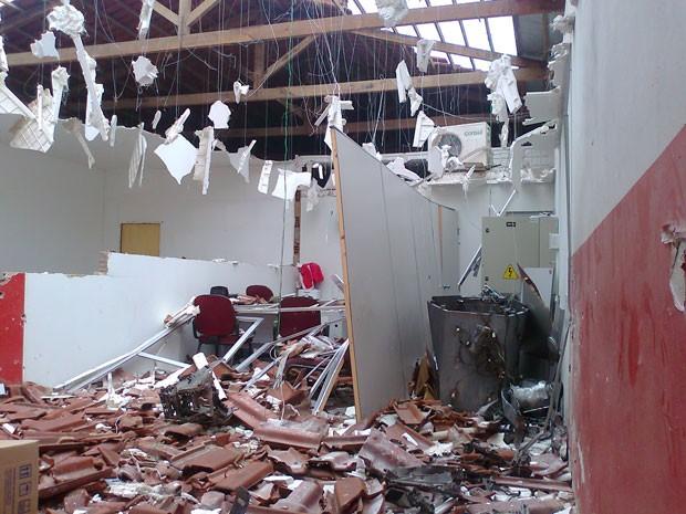 Explosão destruiu teto de agência bancária em Olivedos (Foto: Gil Alves/TV Paraíba)