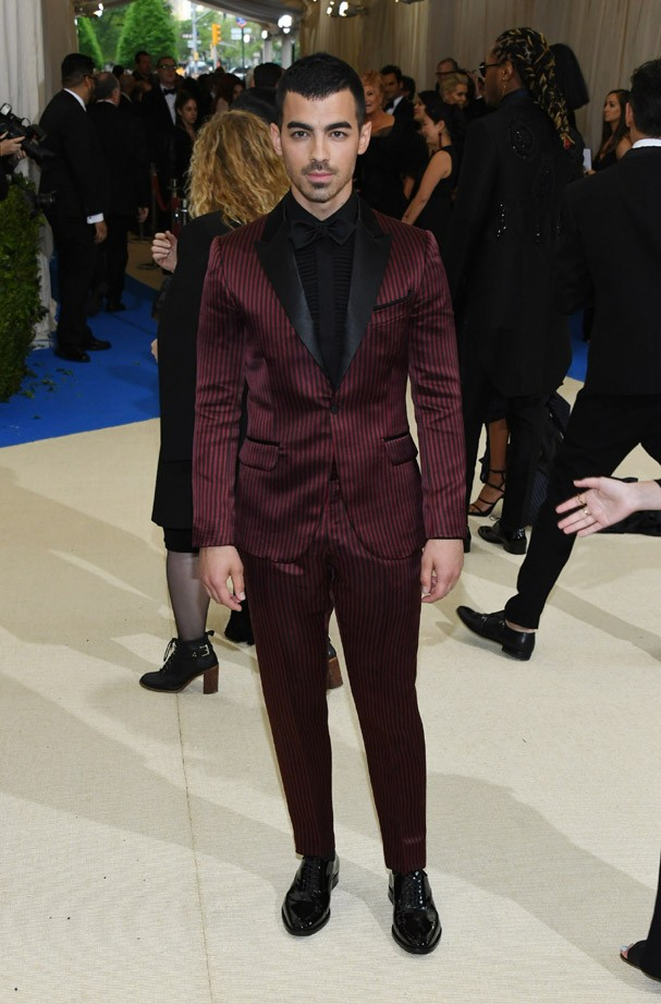 """NEW YORK, NY - MAY 01:  Joe Jonas attends the """"Rei Kawakubo/Comme des Garcons: Art Of The In-Between"""" Costume Institute Gala at Metropolitan Museum of Art on May 1, 2017 in New York City.  (Photo by Dia Dipasupil/Getty Images For Entertainment Weekly) (Foto: Getty Images For Entertainment W)"""