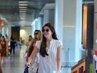 Camila Queiroz usa bolsa de quase R$ 17 mil em aeroporto do Rio