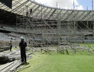 Montagem do palco para o show de Elton John no Mineirão (Foto: Valeska Silva / Globoesporte.com)