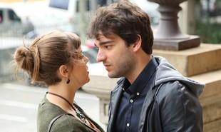 Isabela (Alice Wegmann) e Tiago (Humberto Carrão) de 'A lei do amor' conquistaram o público. Tanto que os autores resolveram adiantar a volta da personagem, que desapareceu no mar, à trama | Reprodução