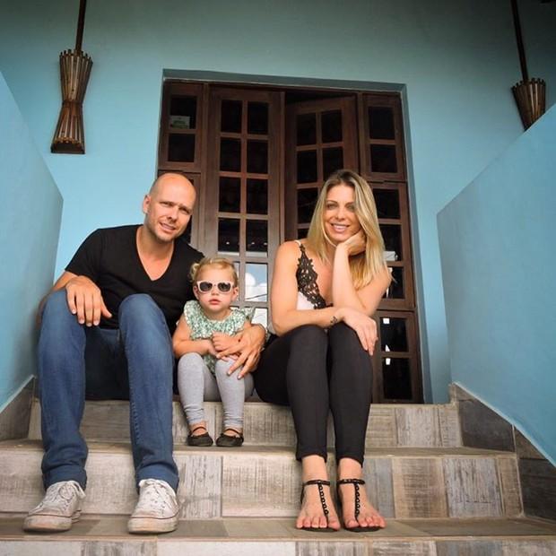 Fernando Scherer, Sheila Mello e a filha na pousada em Noronha (Foto: Reprodução/Instagram)