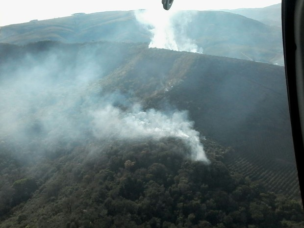 Focos de incêndio estão em área de difícil acesso (Foto: Corpo de Bombeiros)