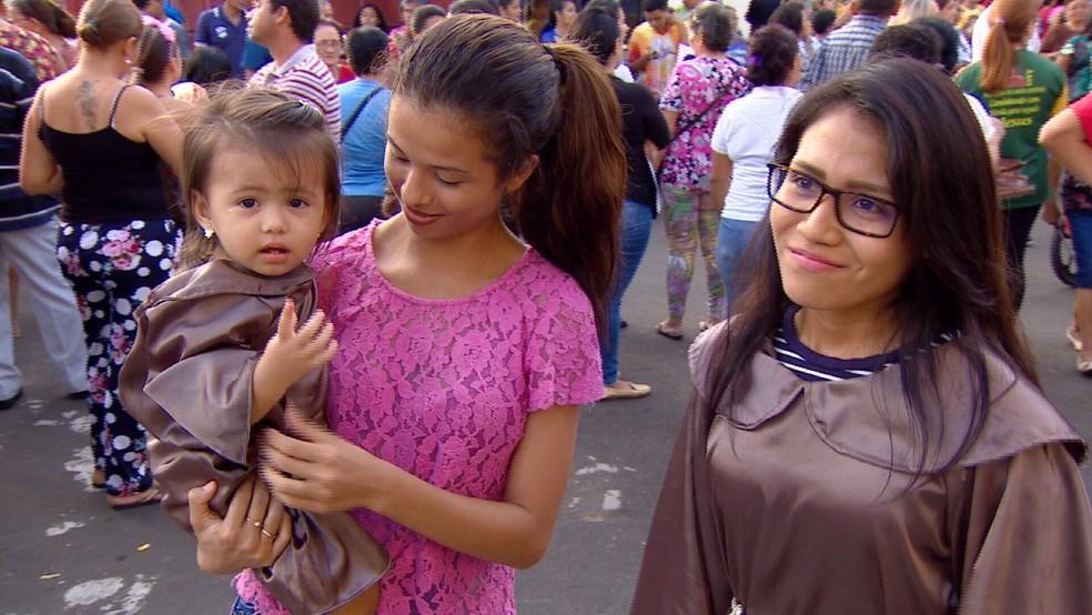 Maia, de 1 ano e cinco meses, e a estudante Lenise Araújo, foram vestidas de Santo Antônio (Foto: Reprodução/Rede Amazônica)