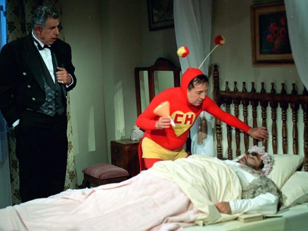 Rubén Aguirre contrancena com Roberto Bolaños em episódio de 'Chapolin' (Foto: Divulgação/SBT)