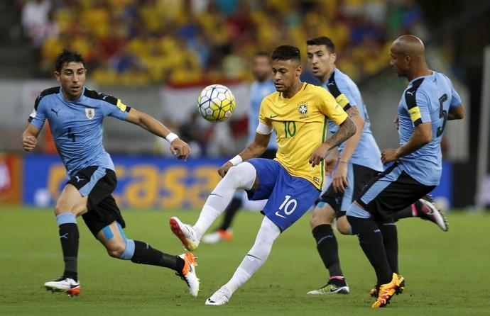 Neymar cercado por três Brasil x Uruguai (Foto: REUTERS/Paulo Whitaker)