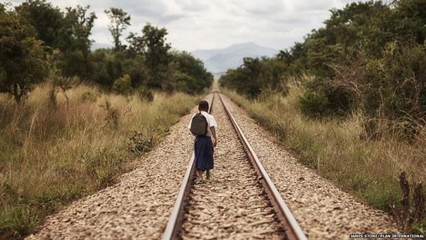 Por educação, menina enfrenta jornada de uma hora e meia entre cobras e perigos (Foto: BBC)