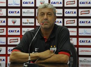 Gilberto Pereira, técnico do Atlético-GO (Foto: Guilherme Gonçalves/Globoesporte.com)