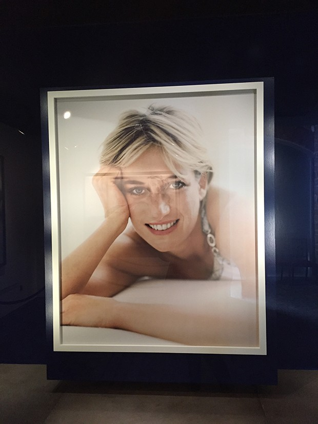 Homage to Diana, Princess of Wales, by Mario Testino in 1997, on display in the stables at Althorp (Foto: Divulgação)