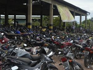 Veículos pátio Detran (Foto: Abinoan Santiago/G1)