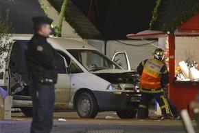Bombeiro inspeciona van que foi lançada sobre pedestres nesta segunda-feira (22) na cidade de Nantes, na França (Foto: Georges Gobet/AFP)