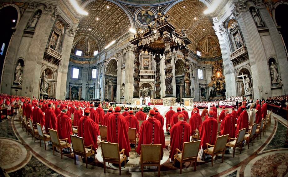 FORÇA CATÓLICA A Missa de 2005 na Catedral de São Pedro. Ela  antecedeu o conclave que  escolheu Bento  XVI (Foto: Reuters)