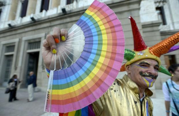Ativista da causa gay se manifesta em frente ao Parlamento uruguaio, nesta quarta-feira (10) (Foto: Matilde Campodonico/AP)