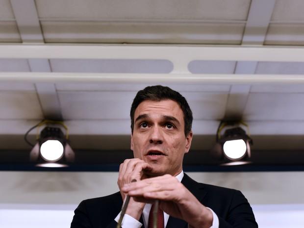 O líder do partido Socialista da Espanha, Pedro Sánchez, fala durante entrevista a jornalistas nesta quarta-feira (23) (Foto: Pedro Armestre/AFP)