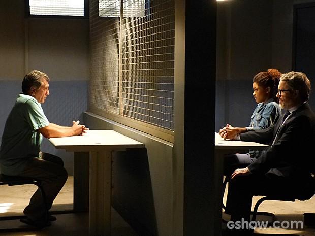 Alice e Nando ficam frente a frente com o preso (Foto: Em Família/TV Globo)