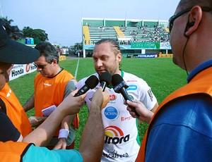 Na estreia pela Chapecoense, Rodrigo Gral é cercado por repórteres (Foto: Diego Carvalho, Divulgação / Aguante Comunicação)