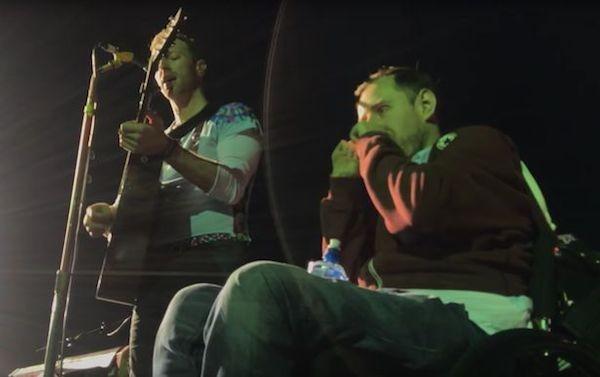 Chris Martin recebendo o fã no show do Coldplay (Foto: YouTube)