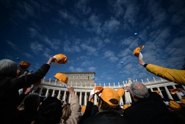Fiéis saúdam o Papa Francisco na Praça de São Pedro, no Vaticano, nesta quarta-feira (1º), no primeiro Angelus de 2014 (Foto: Filippo Monteforte/AFP)