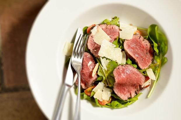 Tagliata: salada italiana leva rúcula e filé mignon (Foto: Tadeu Brunelli/Divulgação)