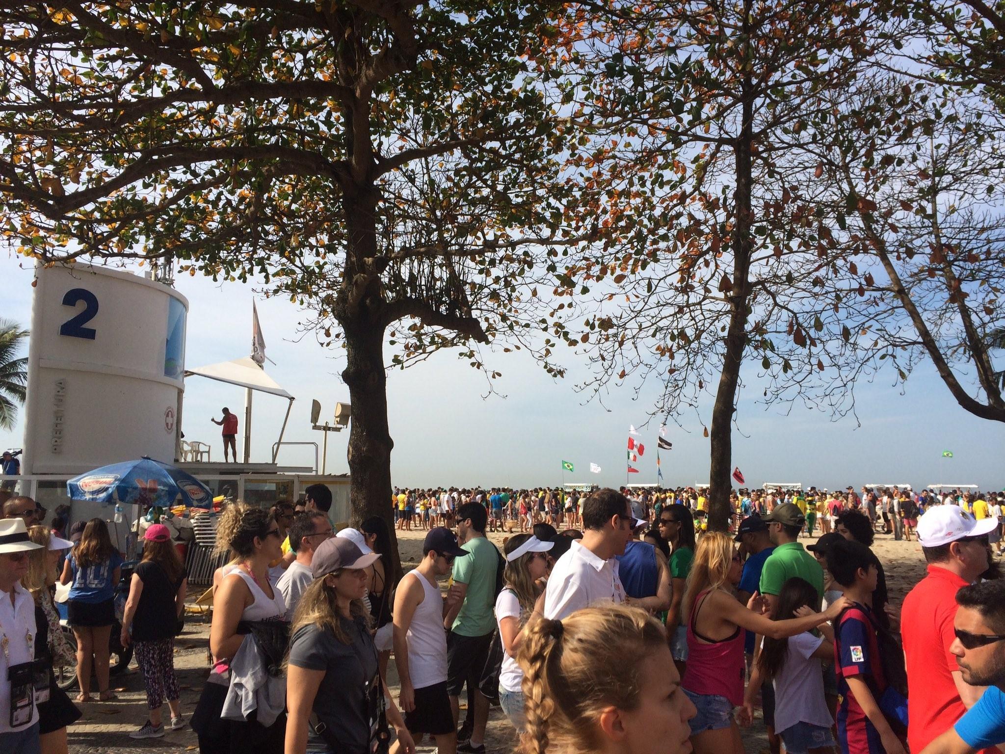 Fila era grande na arena de vôlei de praia por volta das 10h30 deste sábado  (Foto: Cristiane Caoli / G1)
