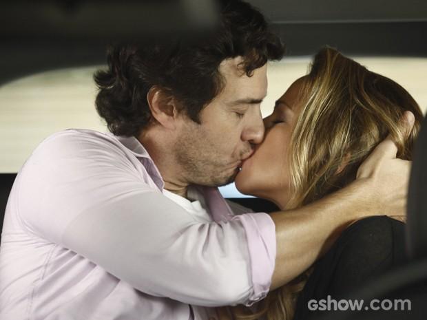 Laerte não nega e cai nos beijos de Shirley (Foto: Inácio Moraes / TV Globo)
