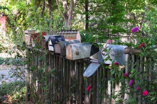 As caixinhas de correio ganham ares de coleção na cerca de entrada da casa (Foto: Lufe Gomes / Editora Globo)