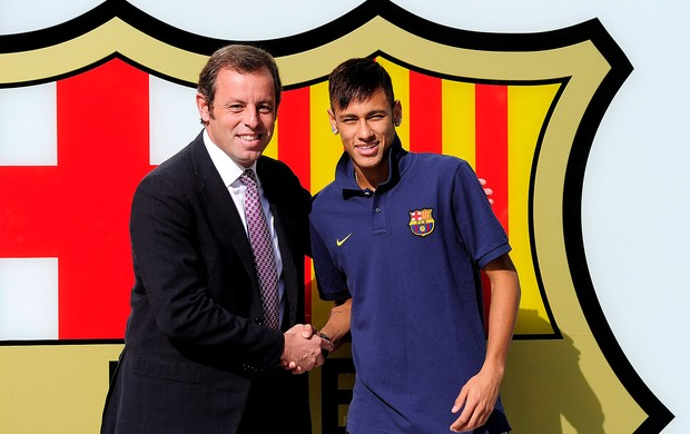 Neymar com Sandro Rosell presidente do Barcelona (Foto: AFP)