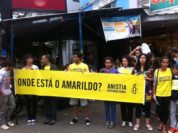 """Membros da Anistia Internacional com cartaz """"Onde está Amarildo?"""" (Foto: Cristiane Cardoso/G1)"""