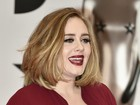 Adele abusa do decote e quase mostra demais no BRIT Awards