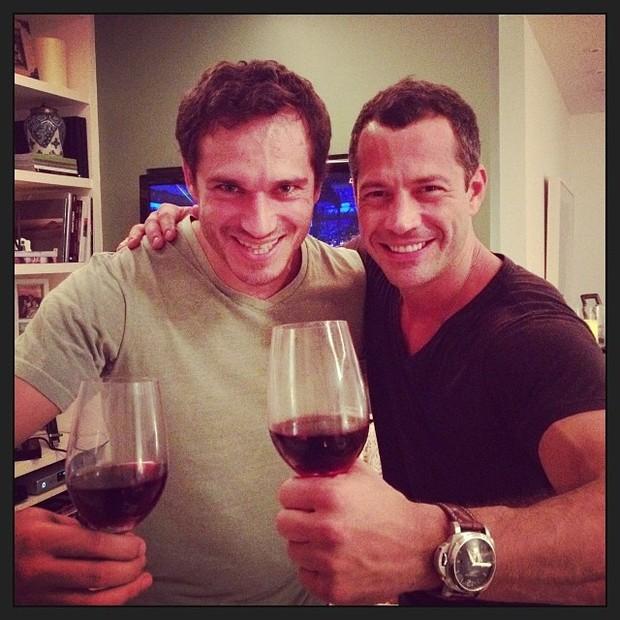 Paulo Rocha e Malvino Salvador curtem noite de UFC com vinho (Foto: Instagram)