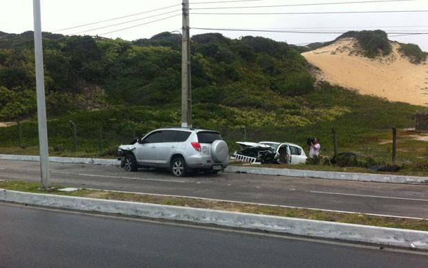 Jipe atravessou canteiro central e atingiu carro (Foto: Matheus Magalhães)