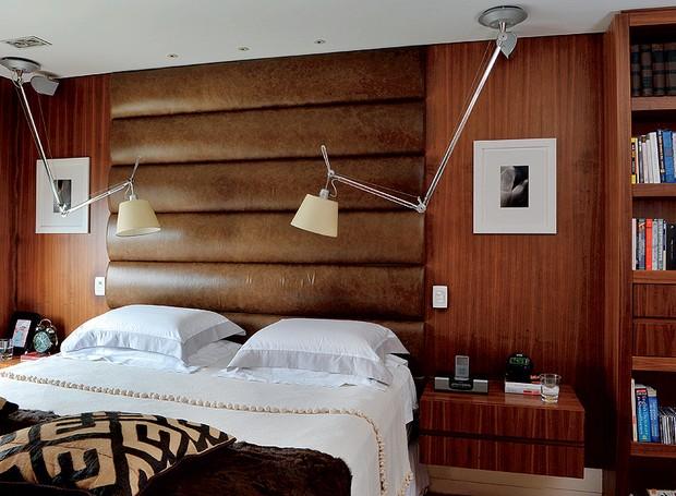 No projeto assinado pela arquiteta Zize Zink, a cama box possui um painel acolchoado de couro natural, de 2 x 2,60 m, que serve de cabeceira. O criado-mudo de nogueira-americana é chumbado na parede (Foto: Marcelo Magnani )