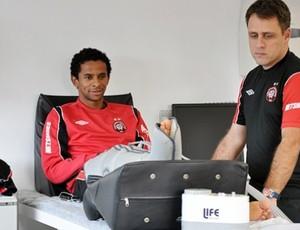 Wellington Saci, lateral do Atlético-PR, no DM (Foto: Gustavo Oliveira/Site oficial do Atlético-PR)