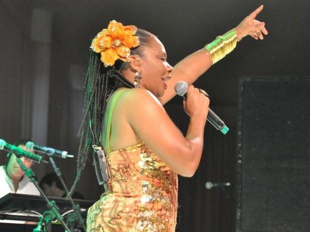 A cantora Margareth Menezes animou a festa após a premiação (Foto: Leandro Abreu/G1 MS)