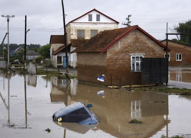 Um carro fica submerso em uma rua inundada na aldeia de Novoukrainsk, perto da cidade russa de Krymsk. (Foto: VladimirAnosov/Reuters)