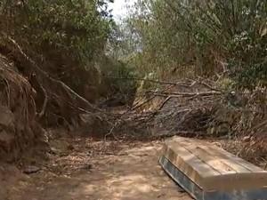 Expedicionários registraram um afluente do Rio São Franscisco complentamente seco. (Foto: Reprodução Inter TV Grande Minas)