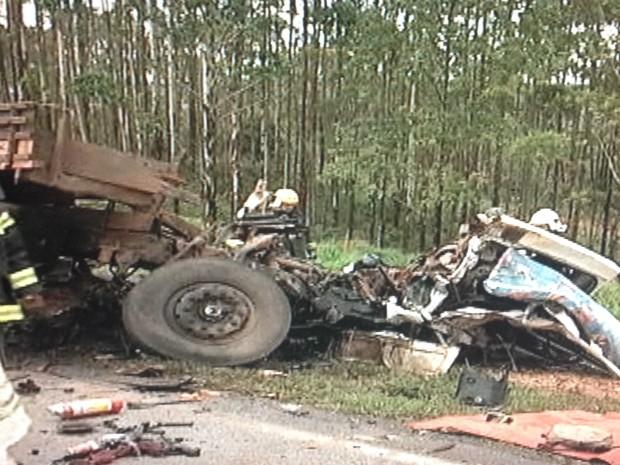 Caminhoneiro de 67 anos morreu na hora (Foto: Reprodução / TV TEM)