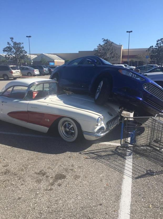 Carro 'estaciona' em cima de Corvette 1959 (Foto: Reprodução/Facebook)