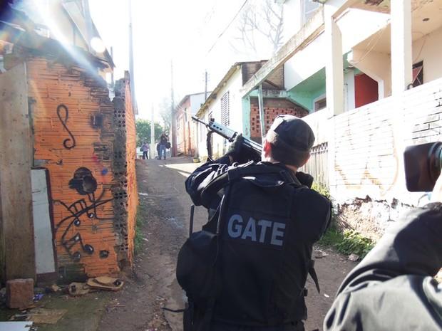 Polícia pediu reforço durante a atuação no Morro Santa Tereza (Foto: João Laud/RBS TV)