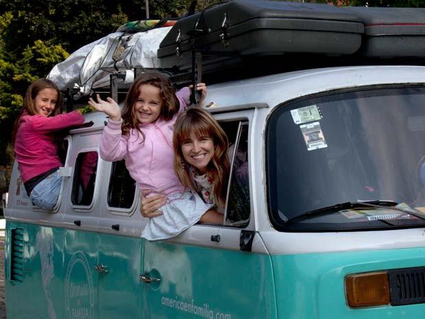 A argentina Noël Zemborain e suas filhas, que viajaram de Kombi por 13 países até chegar à Filadélfia, onde participarão de encontro com o Papa Francisco (Foto: AP Photo/Marco Ugarte, File)