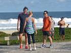 Gianecchini, Antonelli e Lemmertz gravam cenas de 'Em Família' em praia carioca