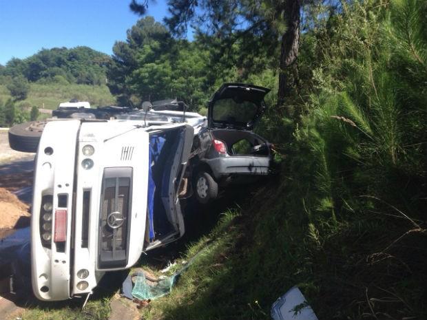Caminhão prensou o carro contra um barranco depois de tombar em uma curva, na PR-151 (Foto: Paulo Martins/RPC TV)