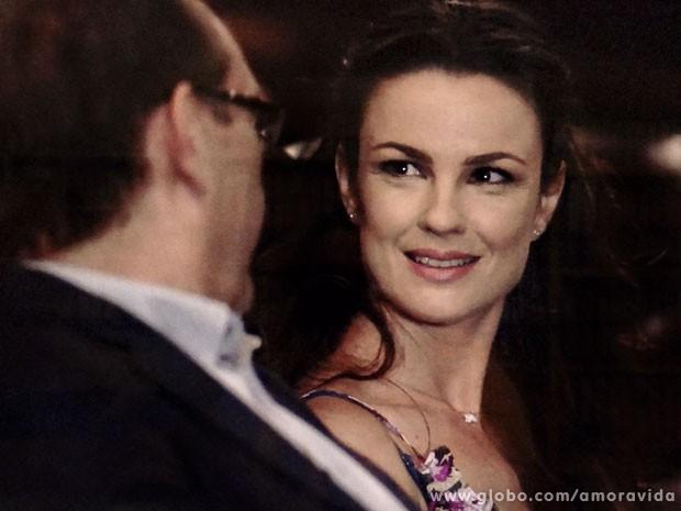 Gina fica encabulada e encantada (Foto: Amor à Vida/TV Globo)