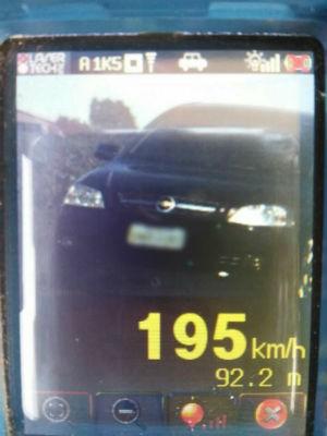 Motorista vai receber uma multa, além de perder sete pontos na carteira de habilitação e ter o direito de dirigir suspenso (Foto: PRF/ Digulgação)