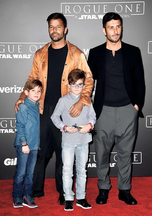 Ricky Martin e Jwan Yosef com   Valentino e Matteo Martin na première de Rogue One: Uma História Star Wars, em Hollywood, no sábado (10)  (Foto:  )