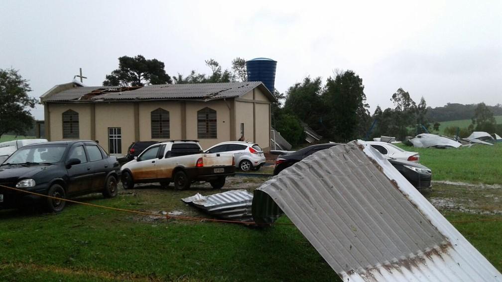 Temporal com vento e granizo provoca estragos em Sertão, no Norte do estado (Foto: Mateus Rodighero/RBS TV)
