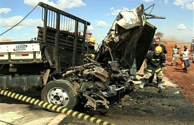 Caminhoneiros morrem em acidente na BR-060, próximo a Acreúna, Goiás (Foto: Reprodução/TV Anhanguera)