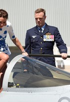 Com vestido clássico de grife inglesa, Kate Middleton visita base aérea