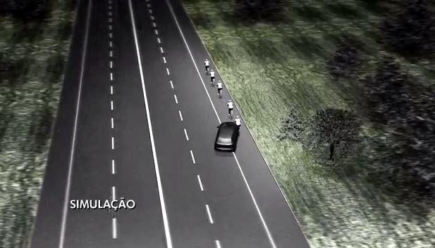 Segundo testemunha, o carro atingiu primeiro a bicicleta do amigo e depois a do jornalista, que morreu (Foto: Reprodução/RBS TV)