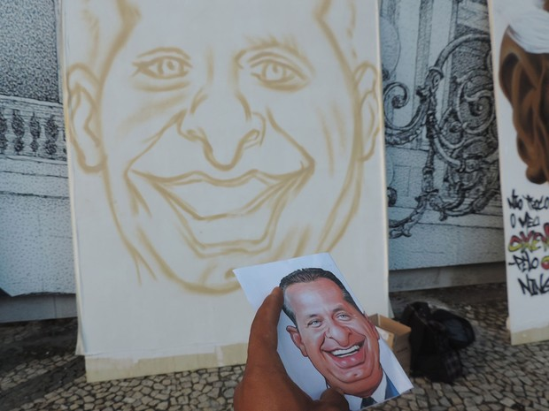 """Grafiteiro Inaldo Júnior, o """"Asak"""", foi à sede do governo estadual para prestar sua homenagem a Eduardo Campos. (Foto: Renan Holanda / G1)"""